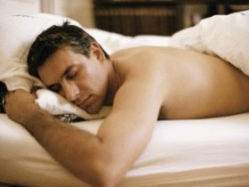 """什么睡姿对男人""""那话儿""""最好?"""
