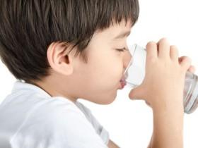 小学生饮不够水   平均缺水3 杯
