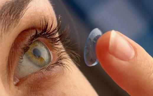 戴隐形眼镜如何预防眼睛干涩 安得养生网解析
