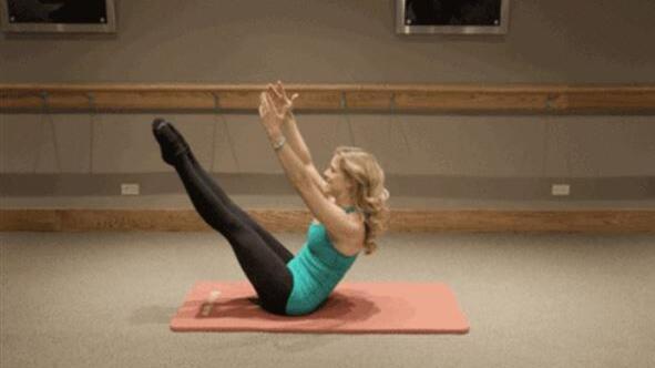 躺着就能做!5个动作锻炼腹肌,保持小腹平坦