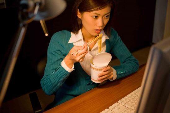 太晚吃饭让你更容易胖更会妨碍大脑进行疲劳修复