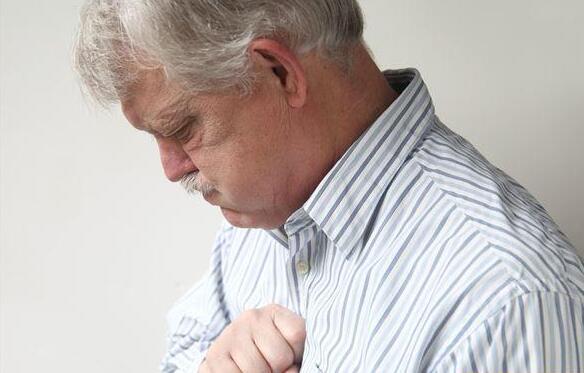 夏日胸闷痛,小心心肌梗塞前兆!多喝水护心